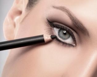 sử dụng bút kẻ chì sáp và mascara đen